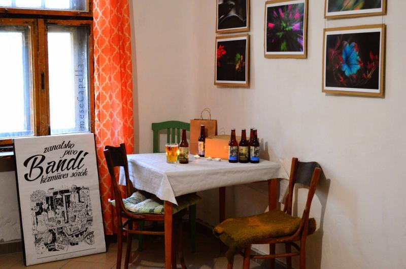 meseCapella állandó fotókiállítása - Bandi sörrel